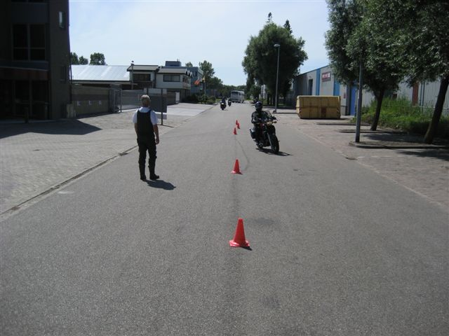 Het motorrijbewijs komt je niet aanwaaien, maar met een goede instructeur ben je op de goede weg.